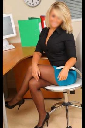 Sexy blonde escort Renate met volle ronde borsten