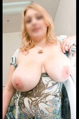 Volslanke escort Willy met grote borsten